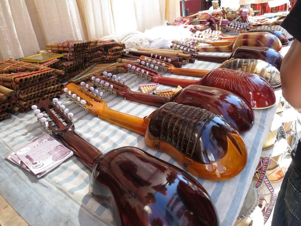 オタバロの土曜市にも楽器に民族楽器に絵画もいっぱい♪