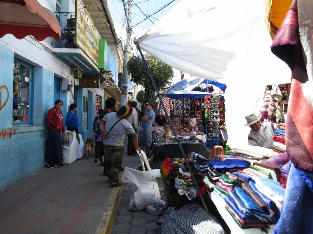 エクアドルのオタバロの土曜市はすごいぞ!!有名だぞ!!アルパカのお土産はいかが?