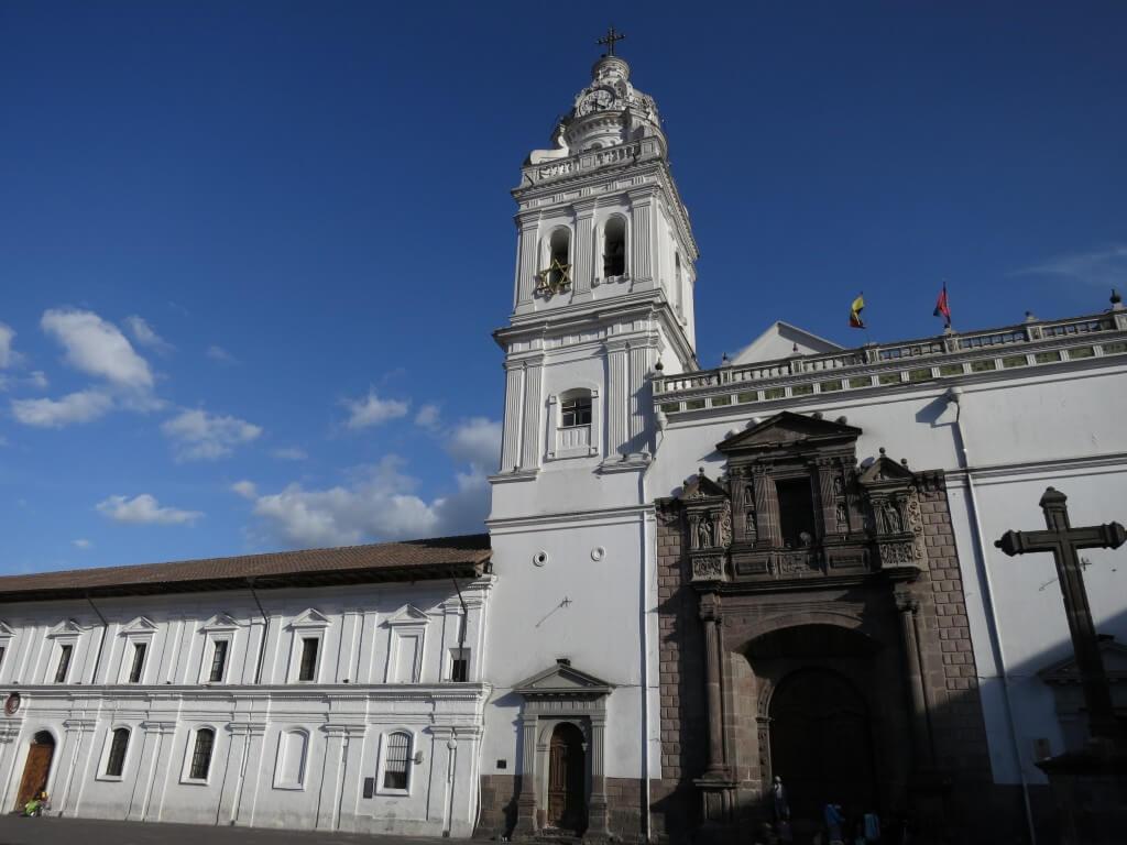 まずはキトの旧市街 サント・ドミンゴ教会、そして修道院と広場