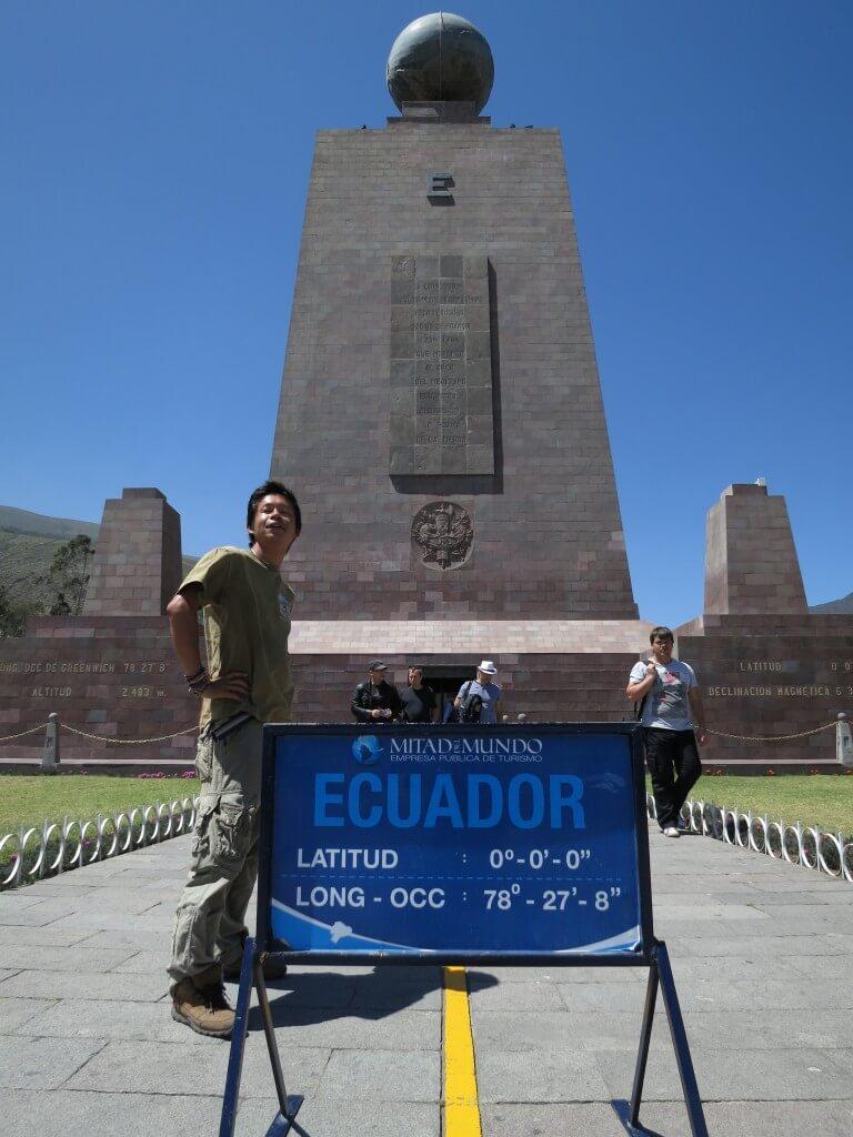赤道南側 厚い 赤道記念碑(Mitad del Mundo) エクアドル
