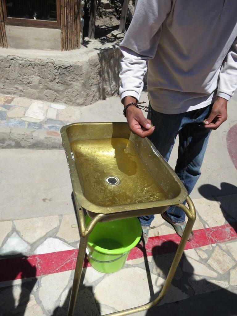赤道直下で実験その1 流し台に水を貯めて、そこに葉っぱを一枚置く。そして栓を抜いたときにできる渦は?