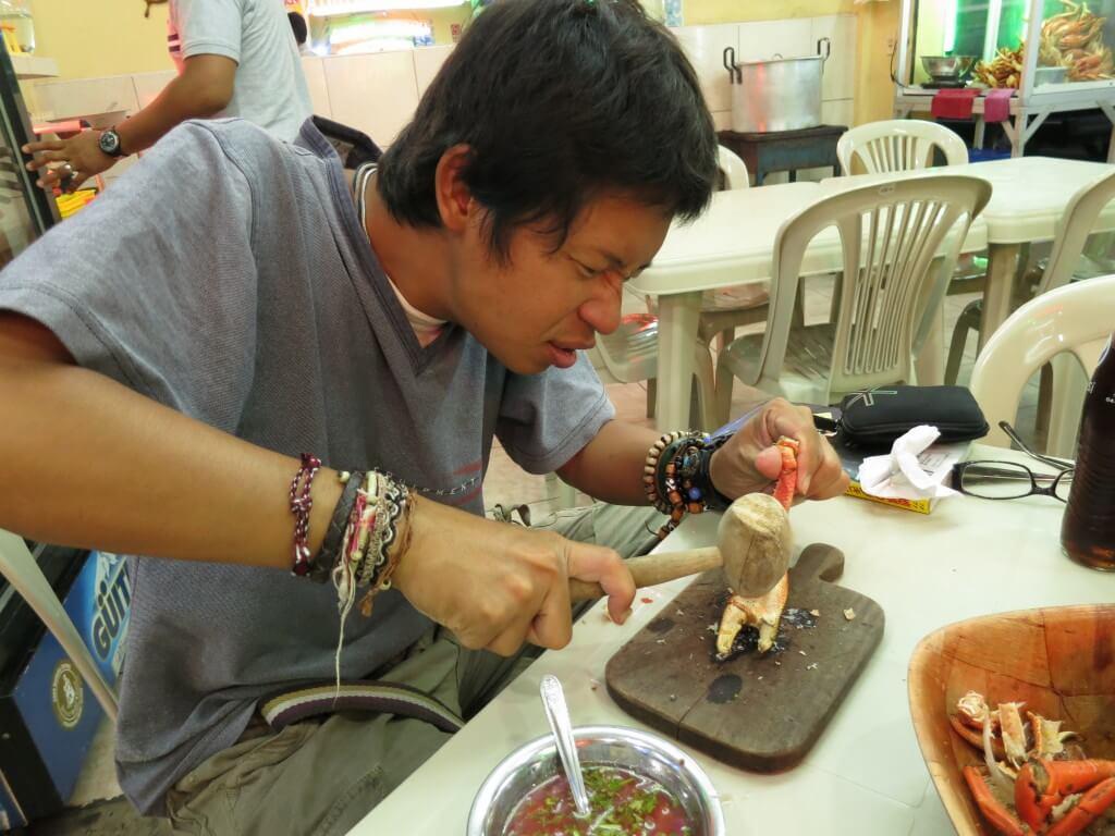マングローブカニ 食べ方 木槌で叩き割る グアヤキル エクアドル