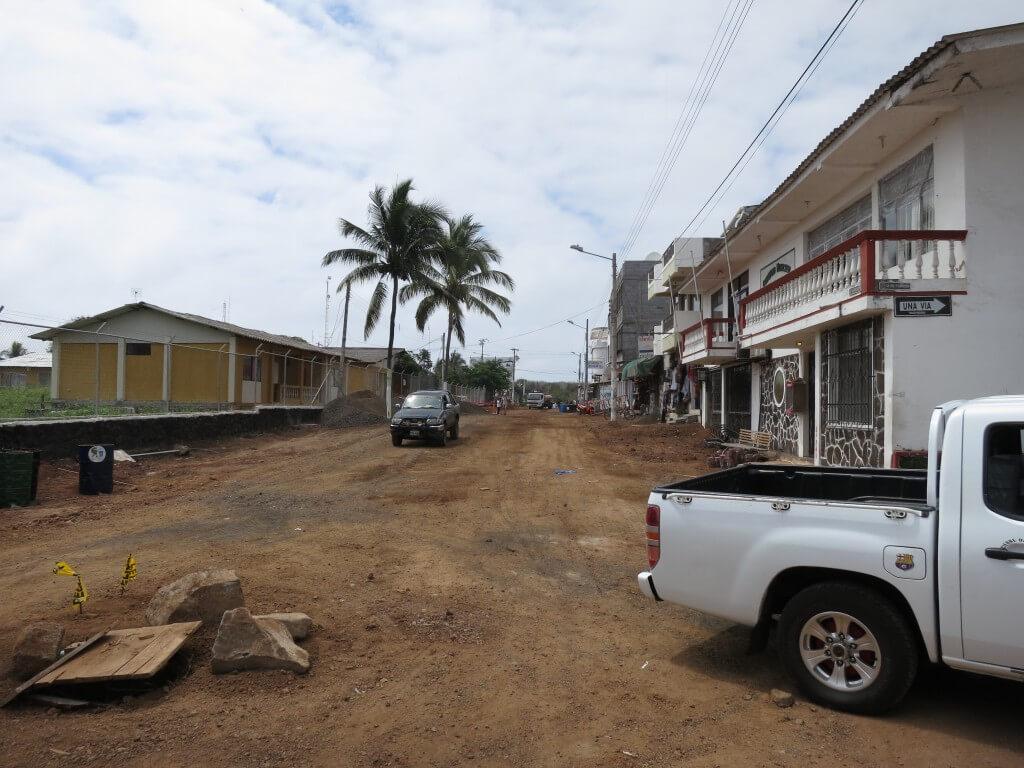 そんな自然、動物の生態系を守りながら、サンタ・クルス島のプエルト・アヨラの街へ・・・って・・・。