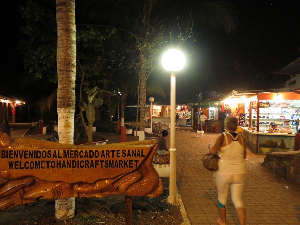 もちろんガラパゴス諸島のお土産に教会なんかもおしゃんてぃー!
