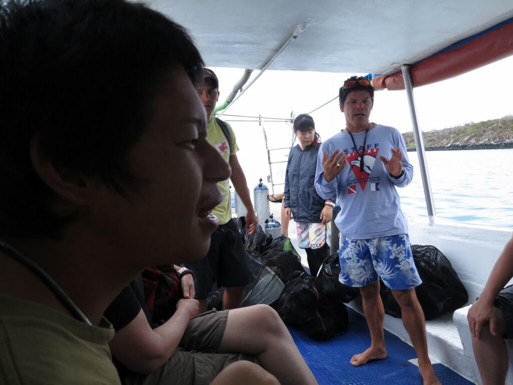小型船に乗ってまずはチェックダイブのポイントへ!アドバンスウォーターの実力はいかに!?