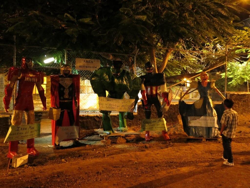 カウントダウン 人形 燃やす プエルト・アヨラ サンタ・クルス島 ガラパゴス諸島