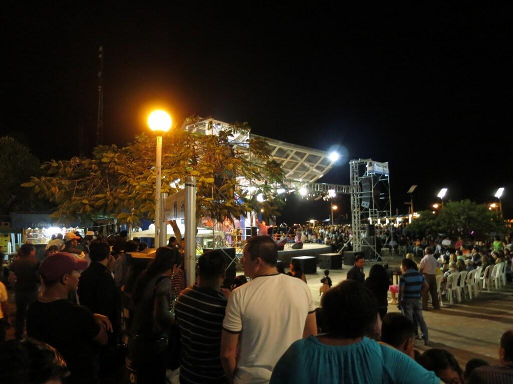 ガラパゴス諸島での年越し!公園は地元民で大賑わい!!外国人勢も国際交流♪