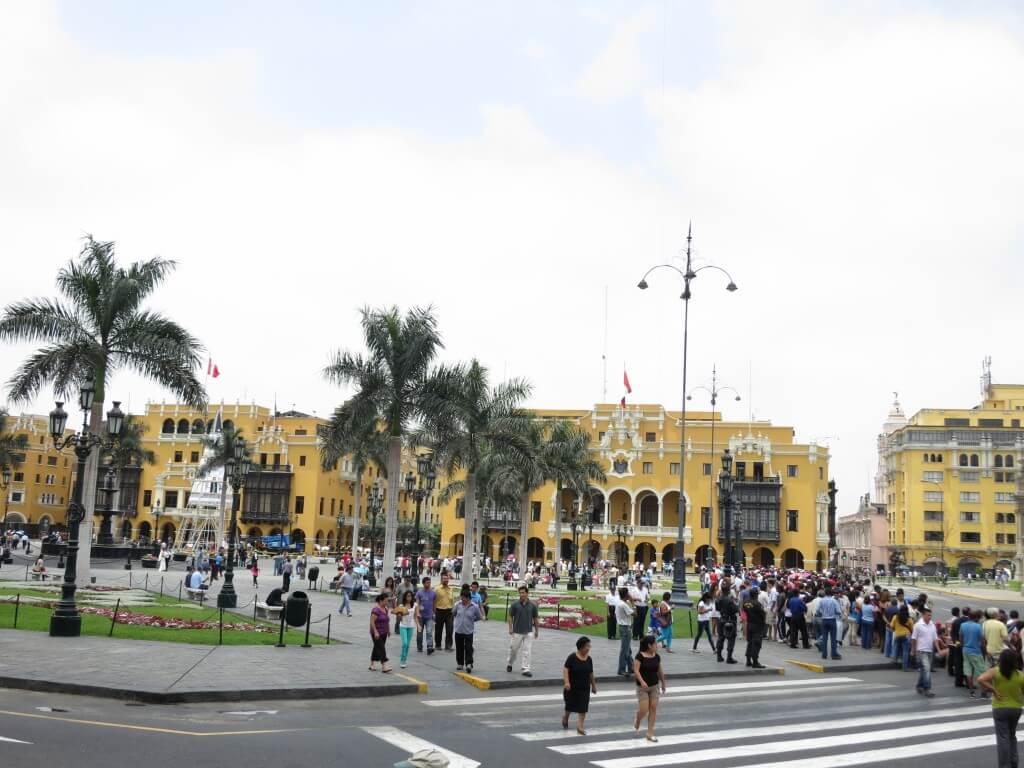 続いてリマの旧市街の中心地にある「アルマス広場」へ!