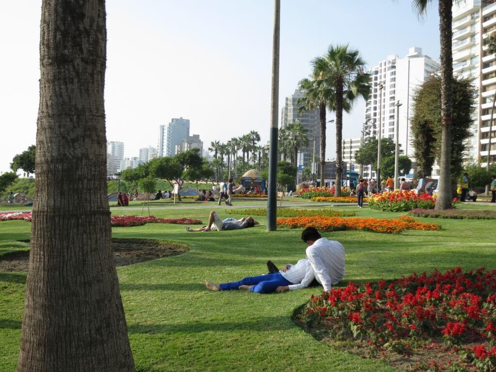 リマの新市街の「恋人達の公園」 そこはラブラブのカップルばかり・・。