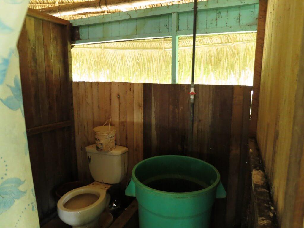 サン・フランシスコ村標準の手桶トイレと手桶シャワー(笑)