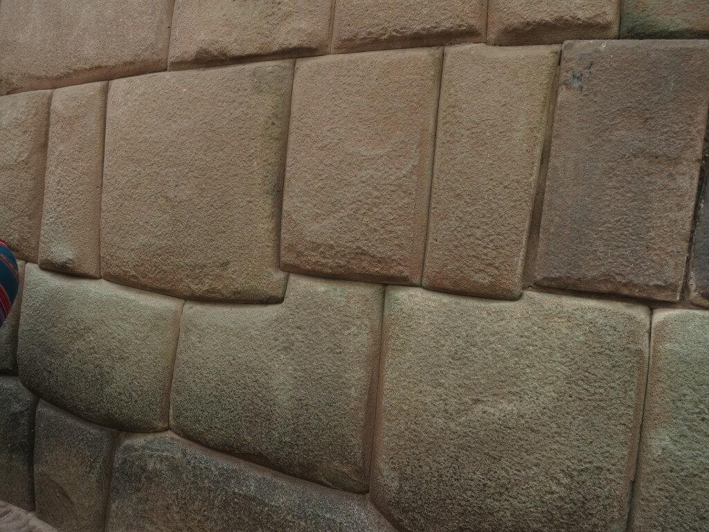 クスコ観光ポイント!インカ建築の石組みはスゴイ!「剃刀の刃を1枚も通さない石組み」