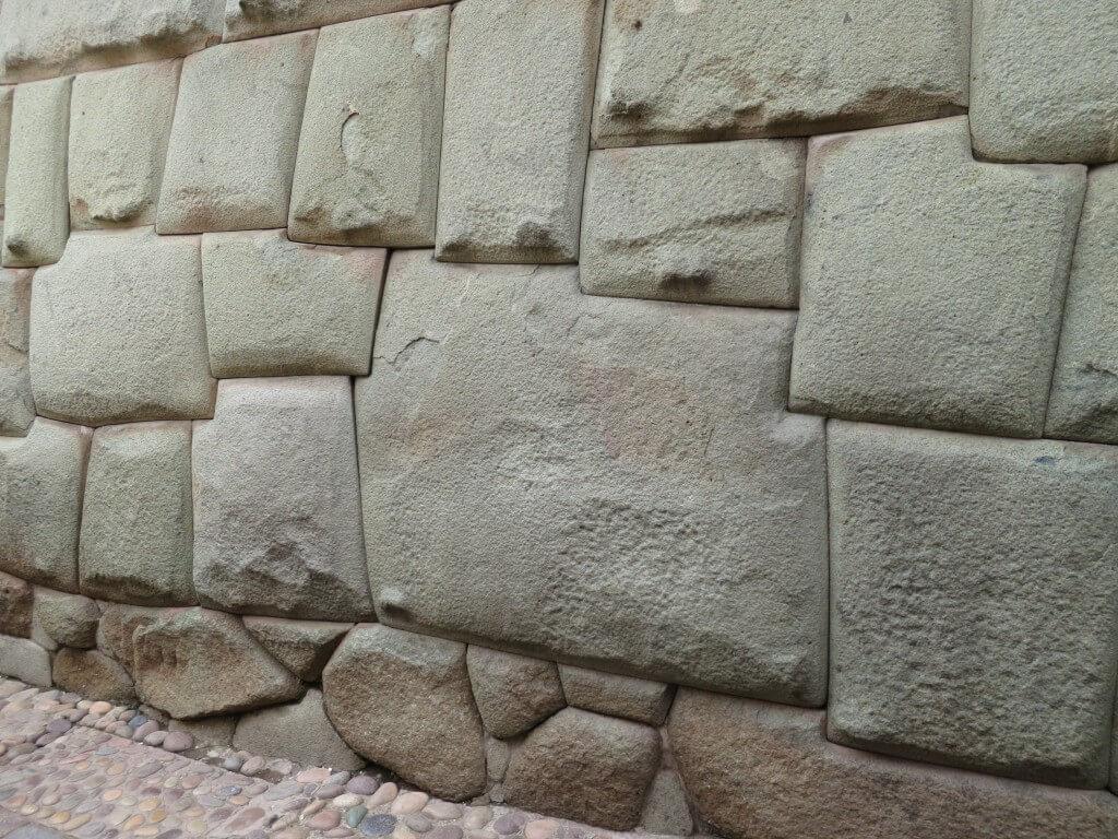 クスコ宗教博物館のインカ文明の結晶「12角の石」を探せるか!?意味もあるよ!