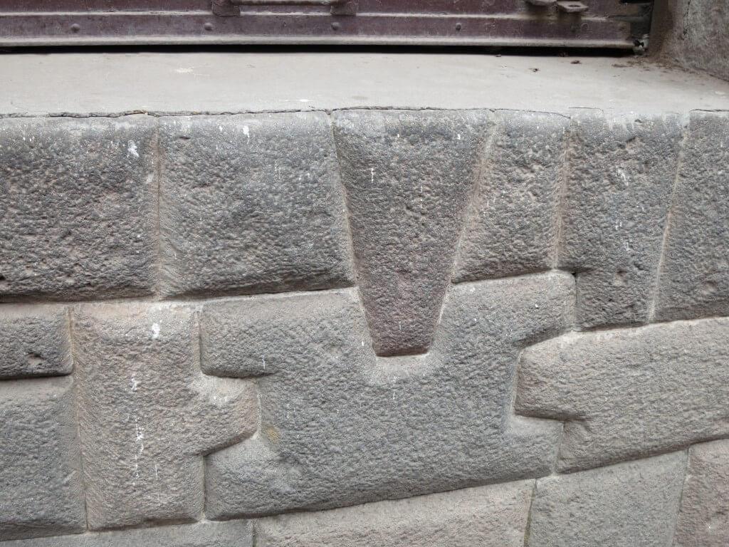 クスコ宗教美術博物館の土台部分 インカ建築の石組み 剃刀の刃も入らない クスコ ペルー
