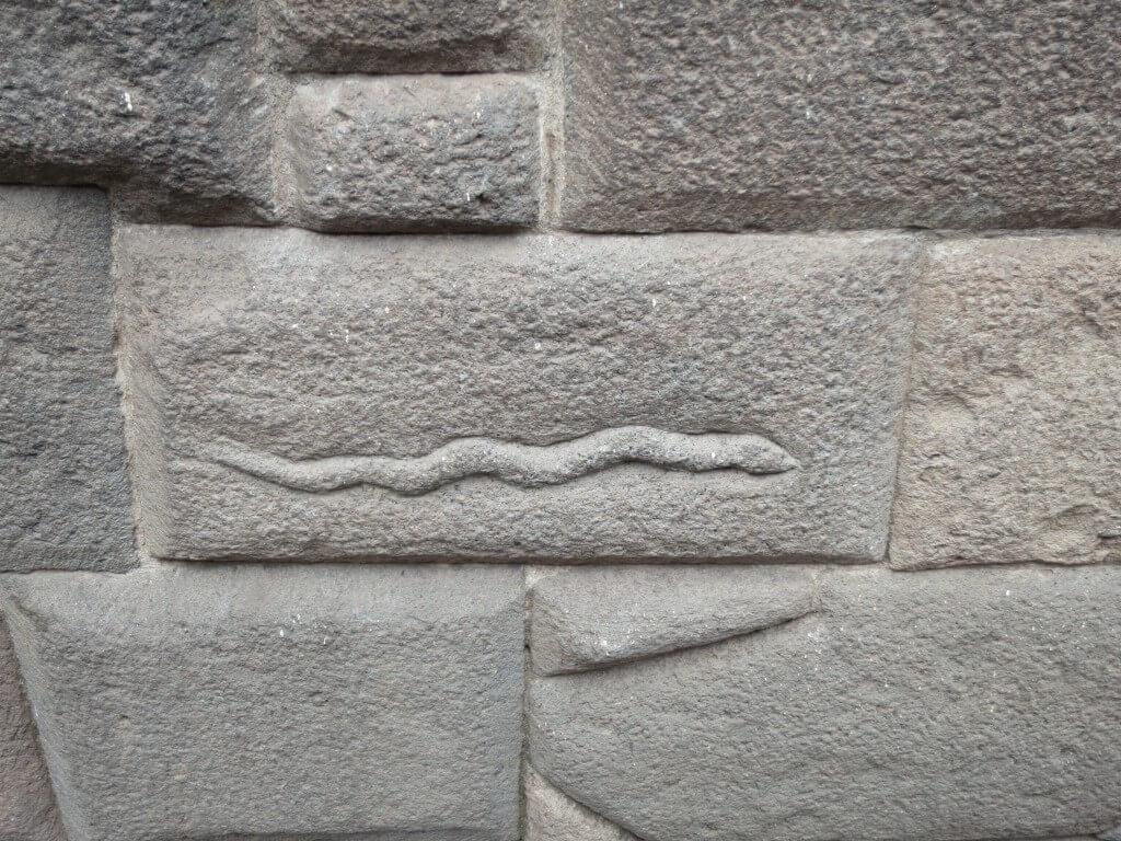 蛇の石 クスコ宗教美術博物館の土台部分 インカ建築の石組み 剃刀の刃も入らない クスコ ペルー