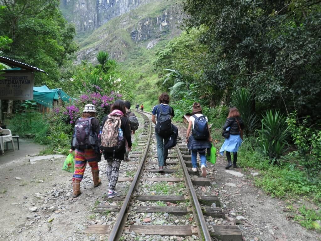 水力発電所 マチュピチュ村 線路沿いを歩く ペルー