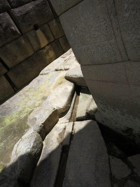 石を削った水路 マチュピチュ遺跡 ワイナピチュ ペルー