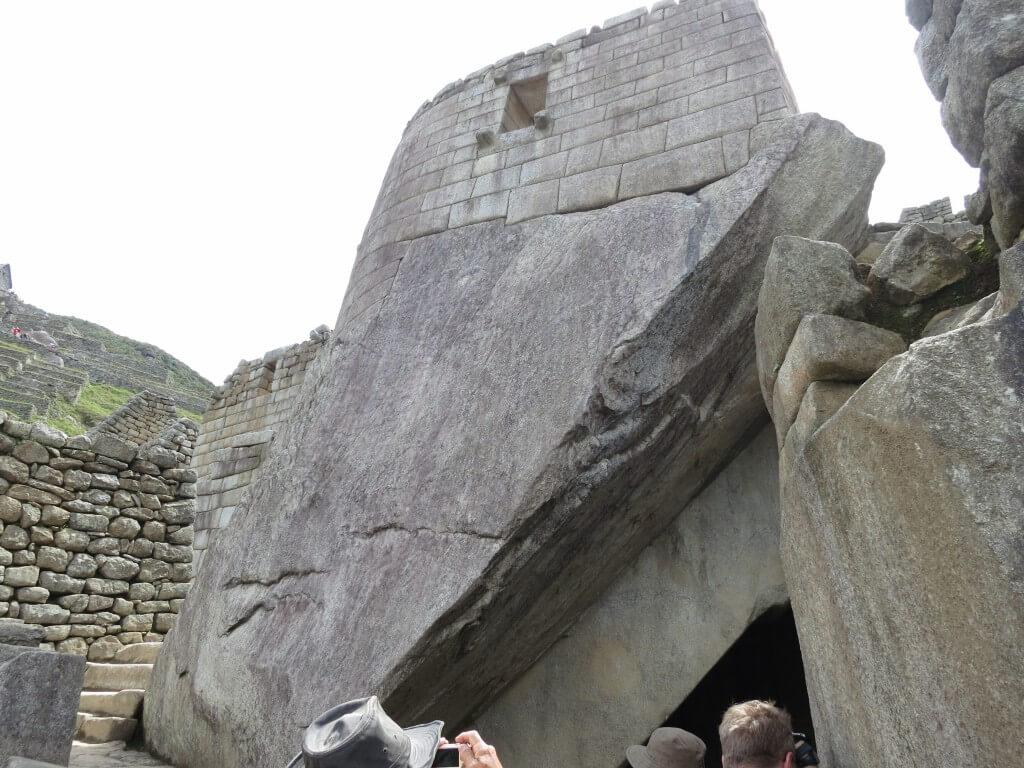 上が陵墓、下が太陽の神殿となっている部分 マチュピチュ遺跡 ワイナピチュ ペルー