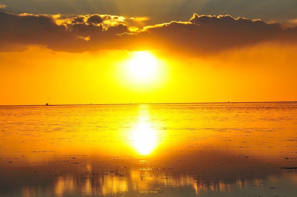 ウユニ塩湖 夕日 サンセット 鏡張りの世界