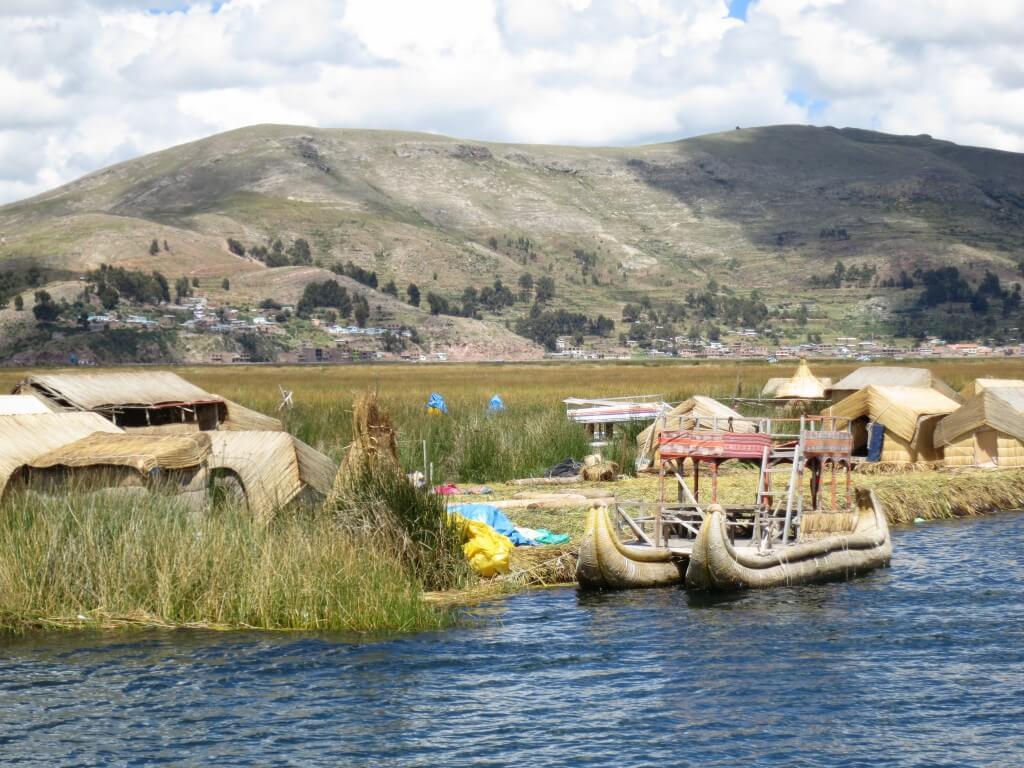 チチカカ湖の浮島ウロス島!観光地化されててハワイか!ここは(笑)
