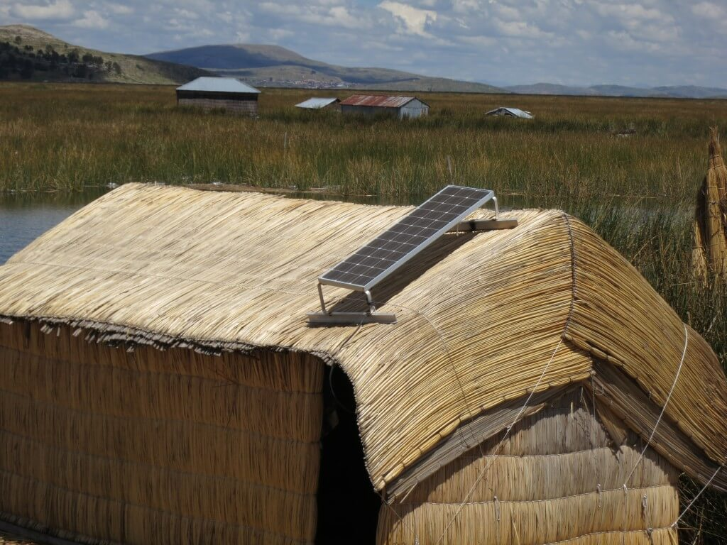 ウロス島 トトラ 浮いた島 ソーラーパネル 観光地化 ペルー