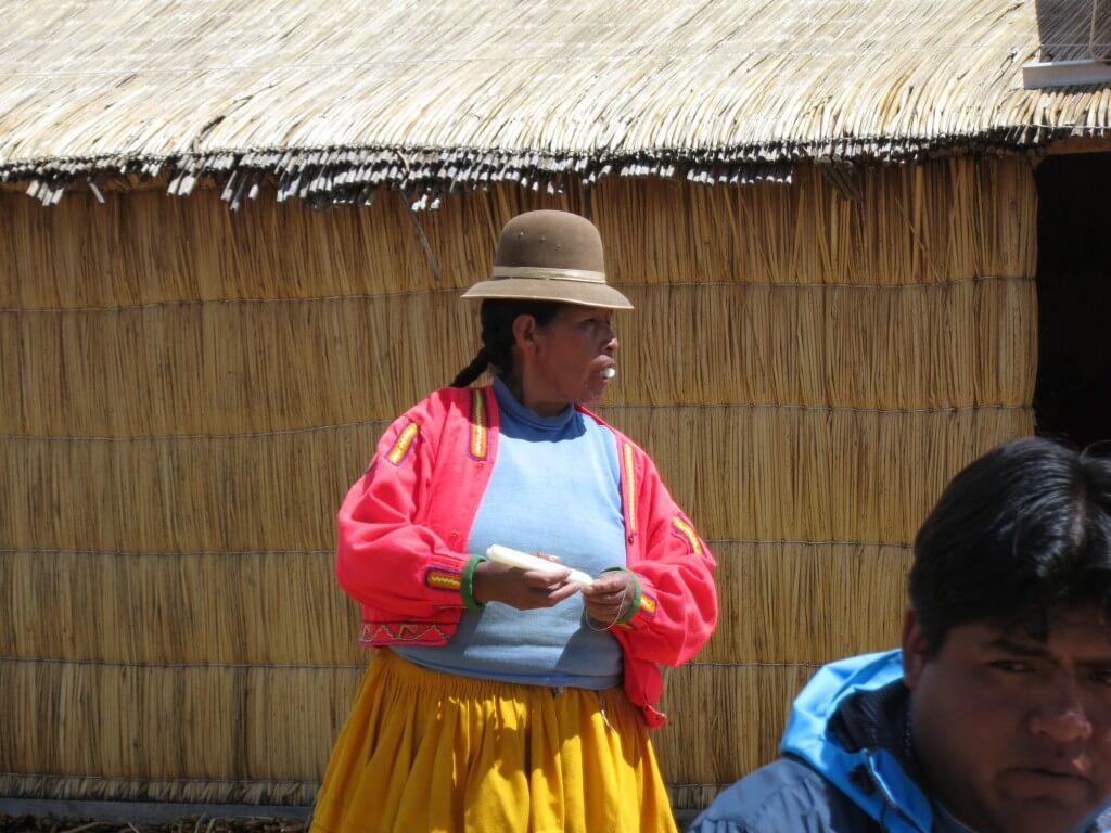 おばちゃん トトラ 食べる チチカカ湖 ウロス島 ペルー