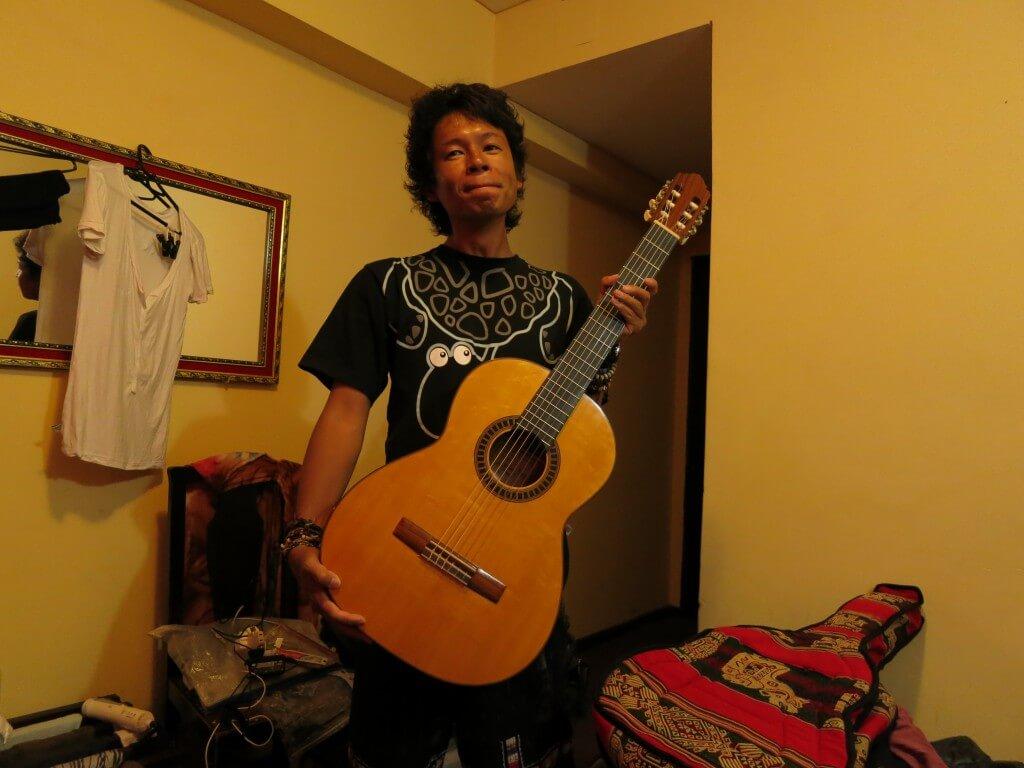ボリビアのラパスで夢叶う!ハカランダ材のギターという家宝を手に入れたよ!