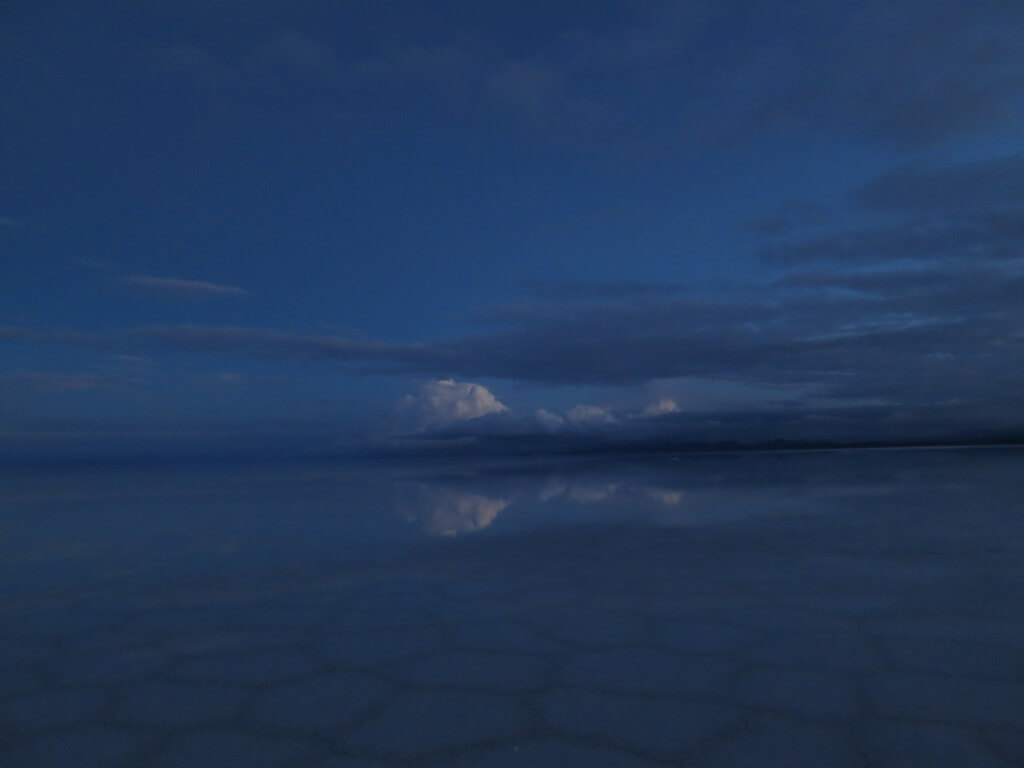 ウユニ塩湖 鏡張り 朝日ツアー