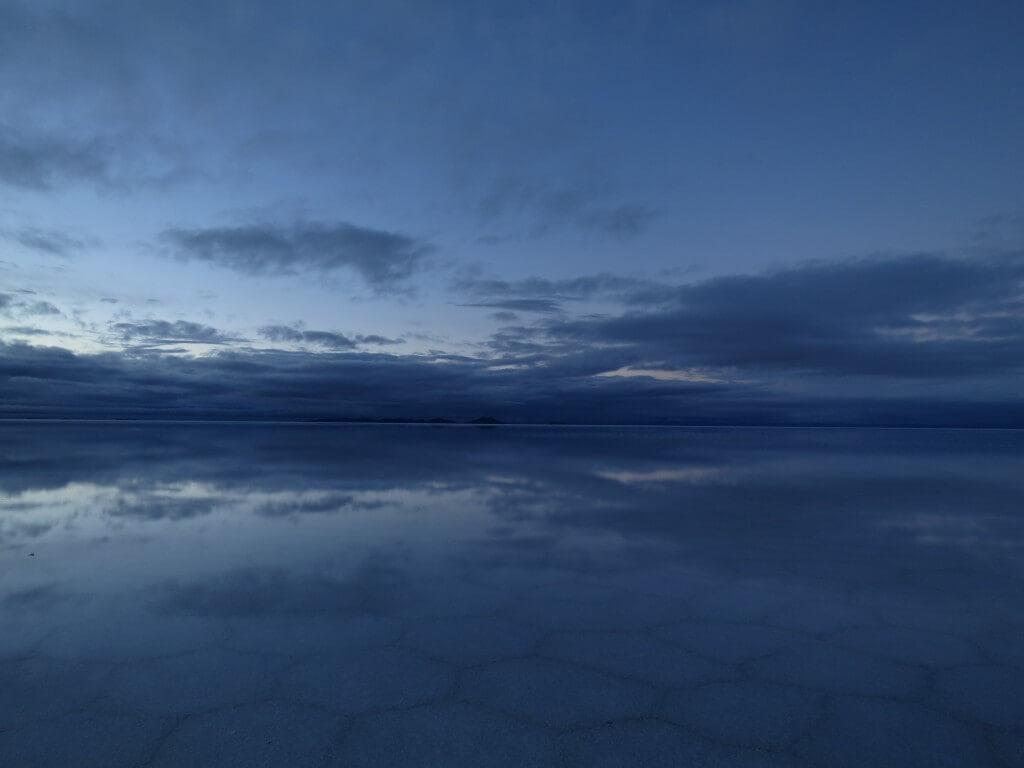 ウユニ塩湖 鏡張り 朝日ツアー 6角形の塩