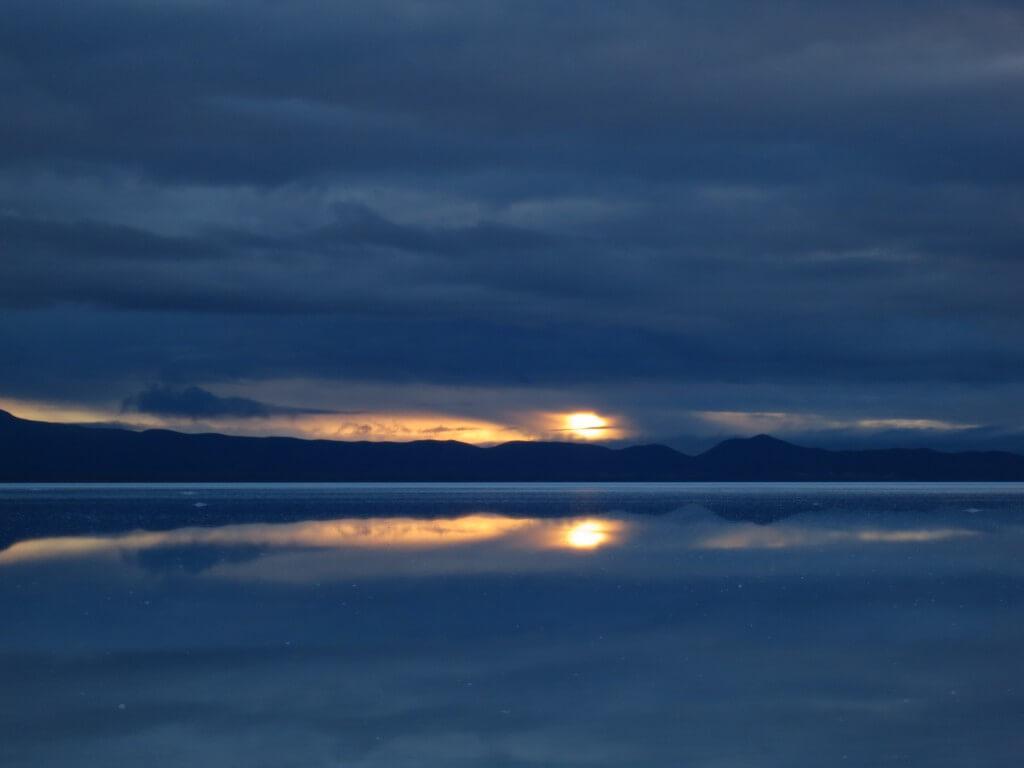 ウユニ塩湖の鏡張りの朝日(サンライズ)