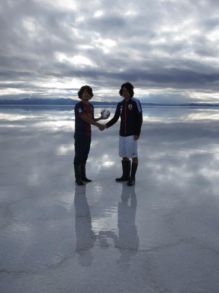 ウユニ塩湖 鏡張り 青空サッカー