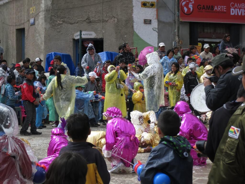 ウユニのカーニバルは過酷!出演者は地獄の水、泡まみれでも踊らなければならない(笑)