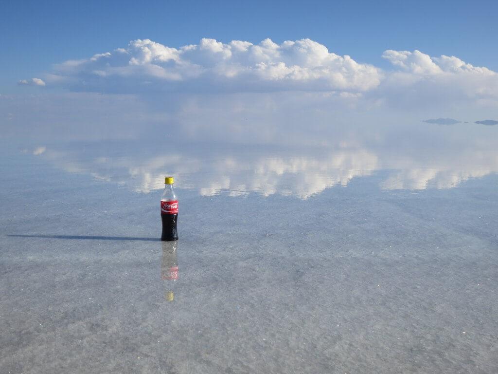 今日のコーラ ウユニ塩湖で鏡面張りコーラ