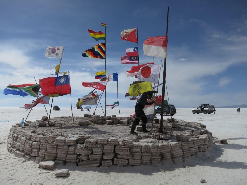 ウユニ塩湖の有名な場所!各国の国旗がある塩のホテルのホテル・プラヤ・ブランカ(Hotel de Sal Playa Blanca)