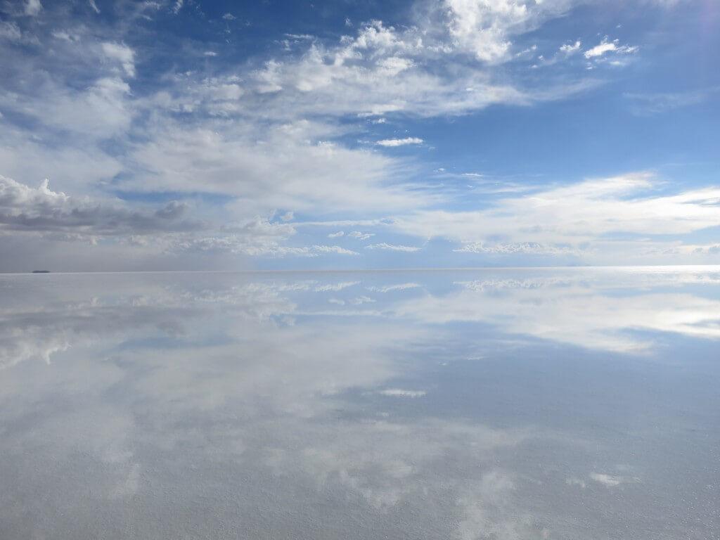 真昼間の快晴のウユニ塩湖で鏡張り!トリックアートを撮ろう♪