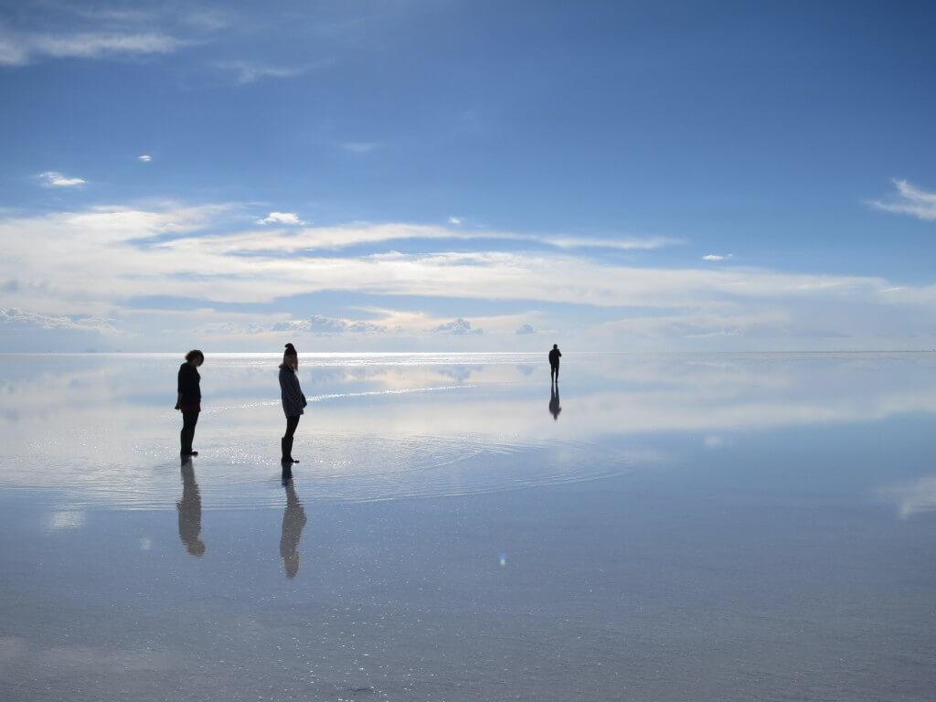 快晴のウユニ塩湖の鏡張りの世界を堪能せよ!