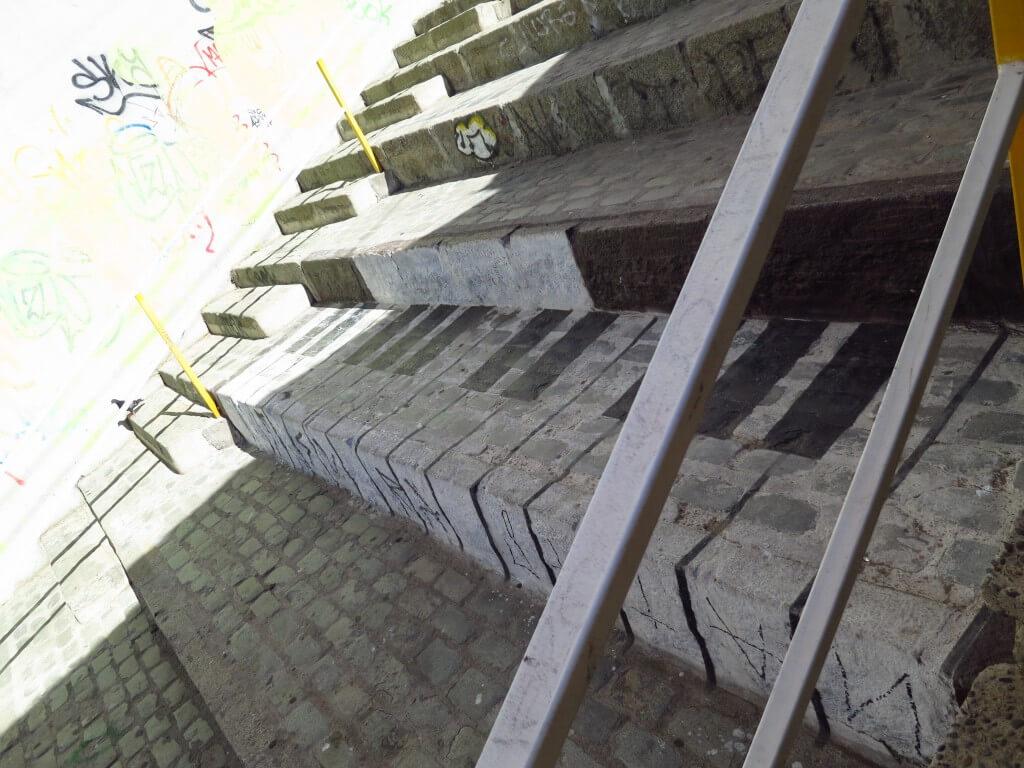 バルパライソの青空美術館の有名な絵「ピアノの階段」は?