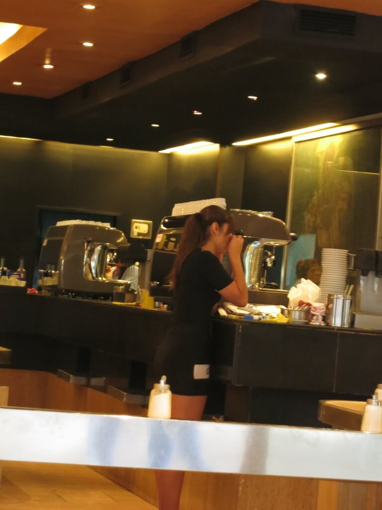 CAFE HAITI チリ カフェ ホットパンツのおねーちゃん