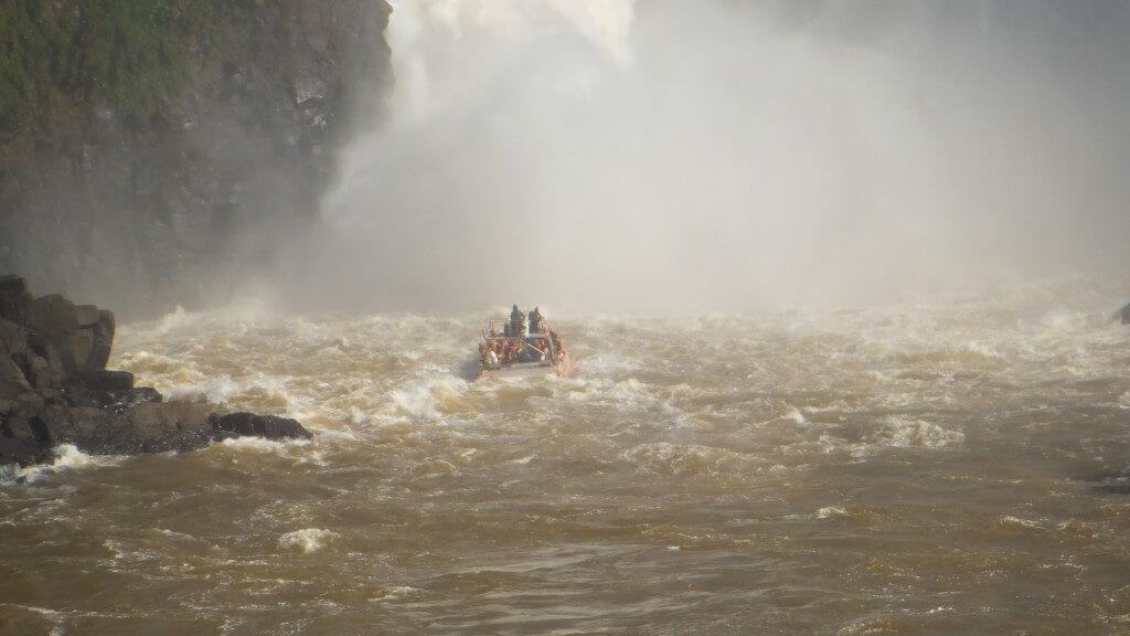 ボートツアー イグアスの滝に突っ込む 水がすごい アルゼンチン側