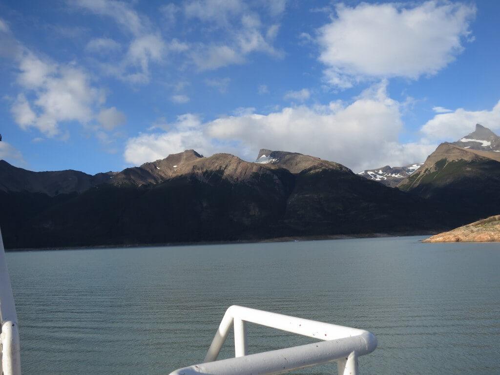 フェリーでロス・グラシアレス公園内の「ペリト・モレノ氷河」へ!寒いからね!