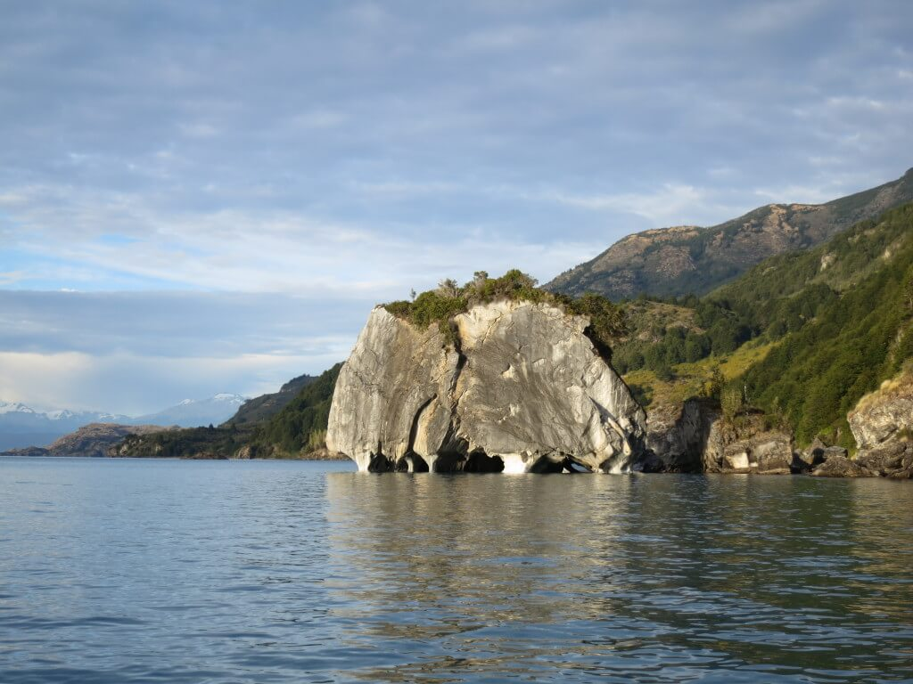 これが本物のチリのパタゴニアの青く輝く大理石の洞窟マーブルカテドラル