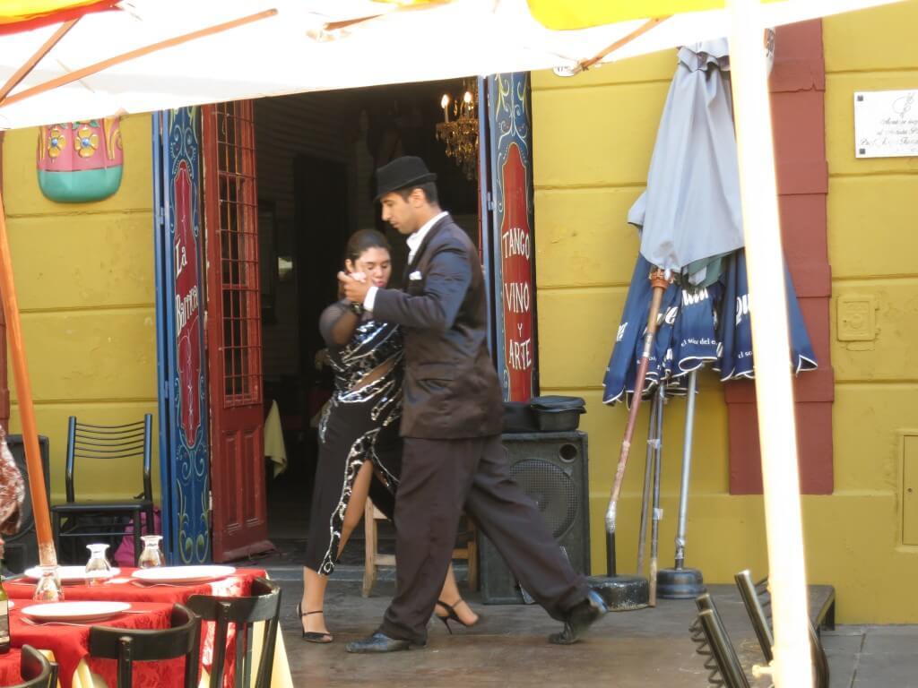 タンゴが観たい!ボカ地区ではあらゆるところでタンゴを踊っている!