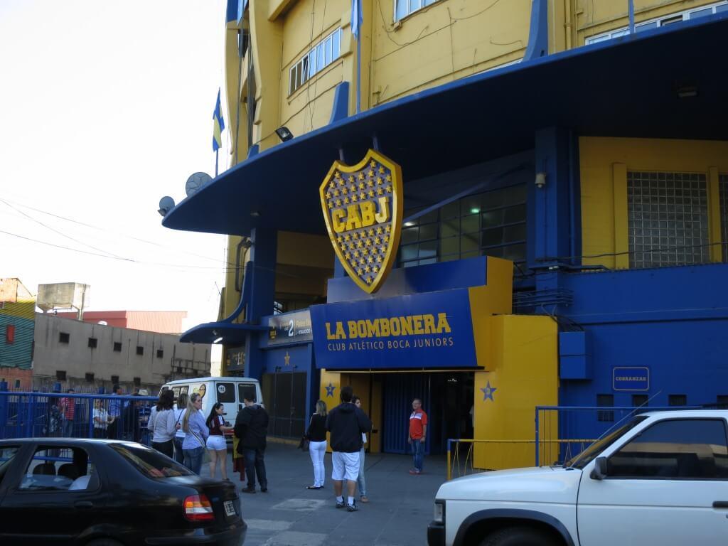 ボカといったらボカ・ジュニアーズの「ラ・ボンボネーラ (La Bombonera)」スタジアム