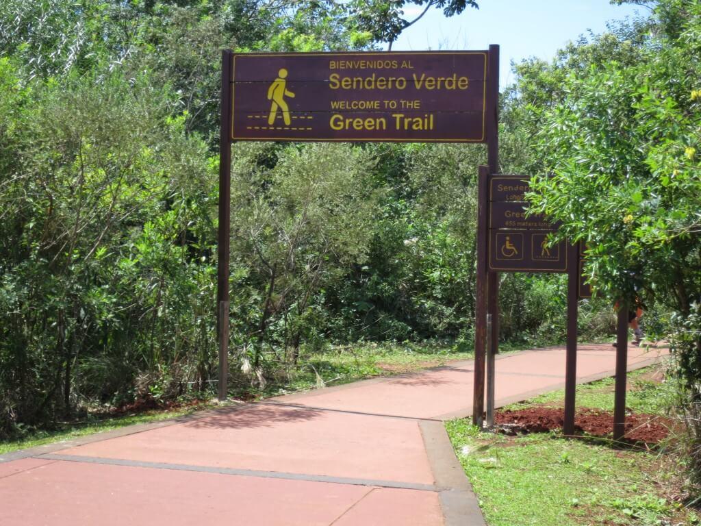 イグアスの滝の「悪魔の喉笛」までは遠いから園内を走る電車で行くよ♪
