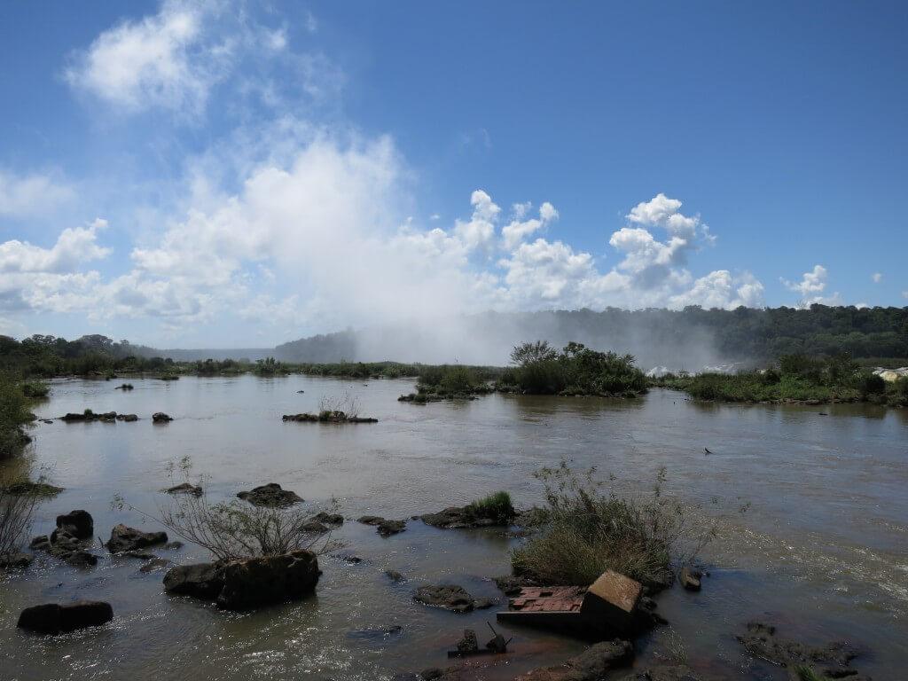 イグアスの滝の悪魔の喉笛は遠くからでも水しぶきが!煙のように!?