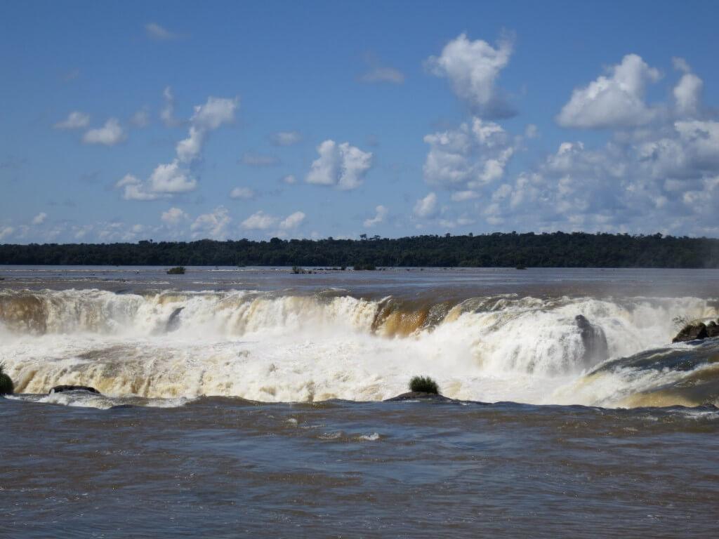 イグアスの滝 悪魔の喉笛 下が見えない 水しぶき アルゼンチン
