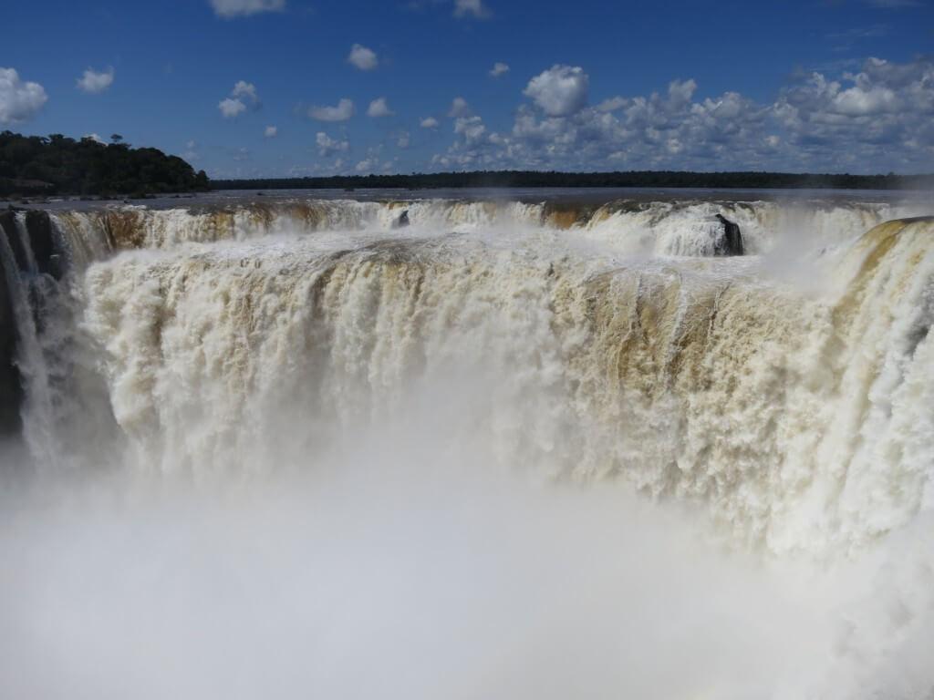イグアスの滝の「悪魔の喉笛」下が見えません・・・喰らいつくどころかバラバラになります!