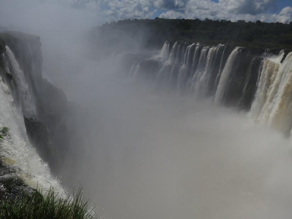 イグアスの滝は悪魔の喉笛も凄いけど滝につっこむボートツアーもあるぞ!