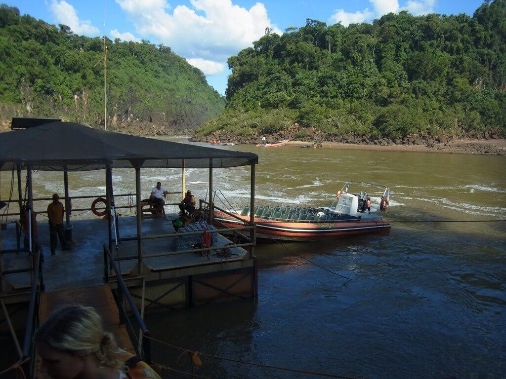 イグアスの滝のボートツアー開始!撮影ポイントに向かうボクはおねえちゃんの心も掴んだ!