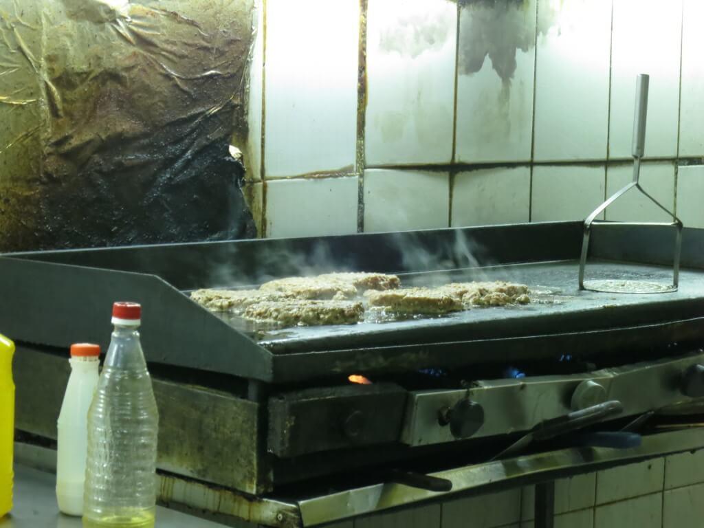 アスンシオンを観光!民宿らぱちょの近所の巨大ハンバーガー屋!