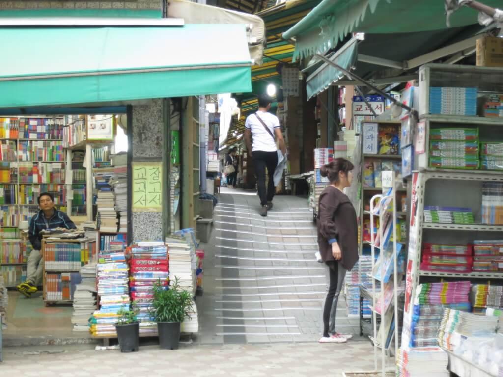釜山の観光でおすすめの寶水洞本屋通りで日本語の本を見つける